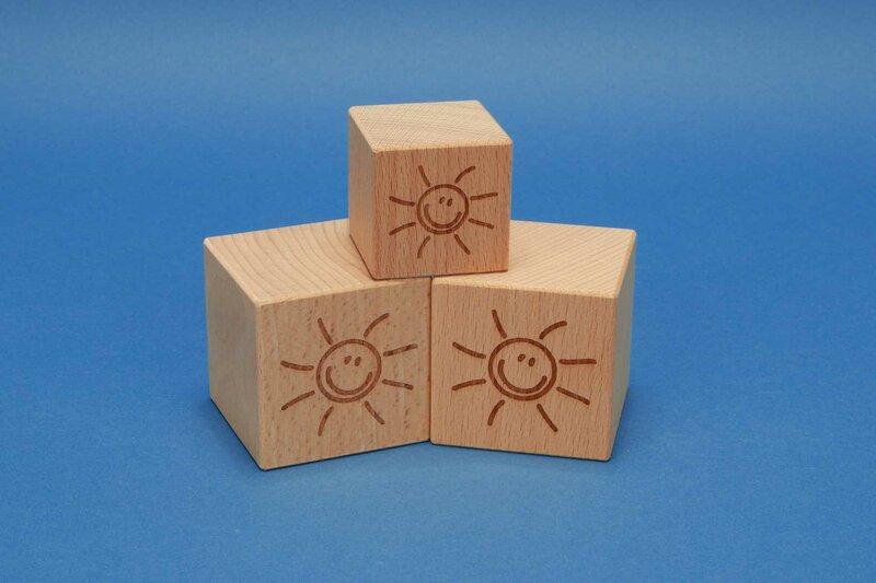 Cube en bois avec motif