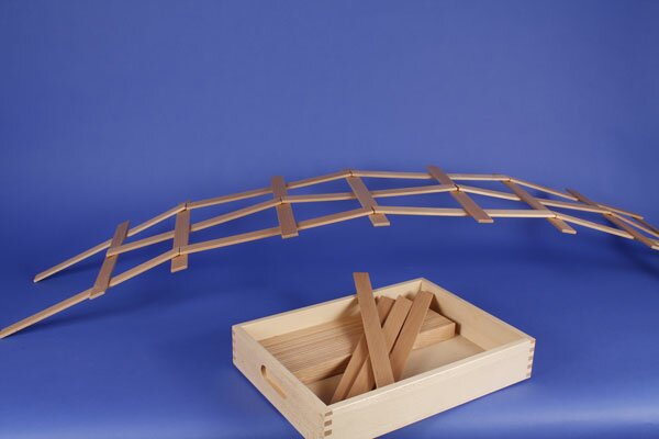 Le Pont de Leonardo de cubes en bois + caisse + laserengraving